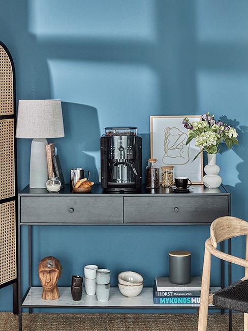 coin café avec console en bois gris et mur bleu