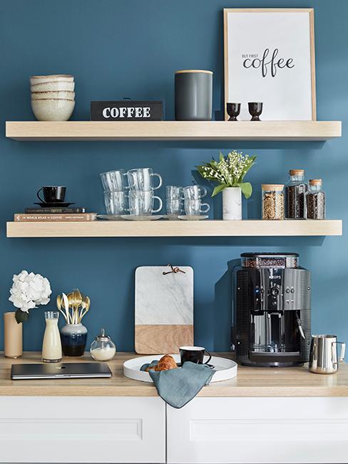 coin café avec étagères en bois et mur bleu