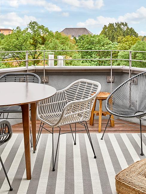 balcon avec tapis gris rayé et chaise grise