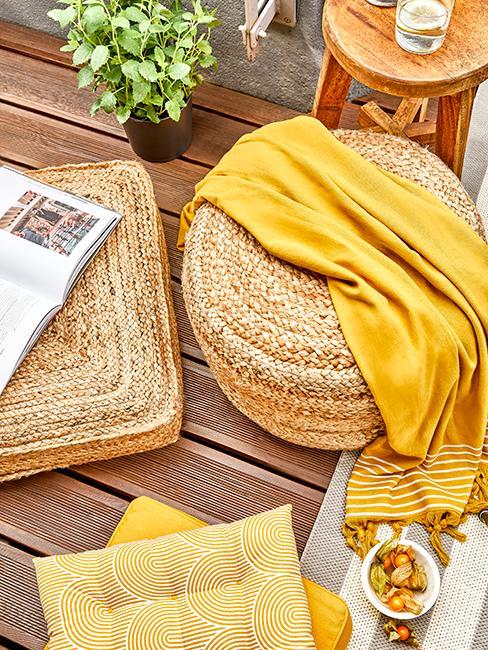 coussins de sol en jute avec plaid jaune sur sol en bois