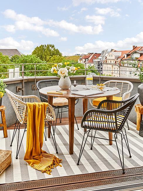 balcon avec chaises grises et plaid jaune pour fond d'écran zoom