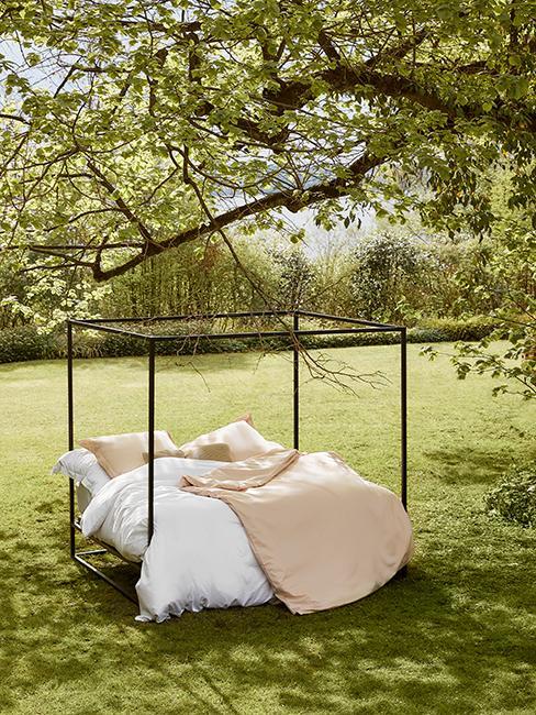 lit placé sous un arbre à l'extérieur