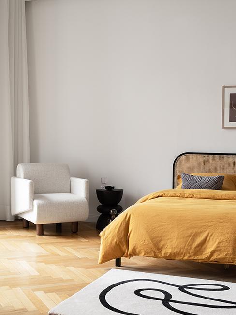 chambre avec lit et linge de lit jaune westwing collection retro artsy