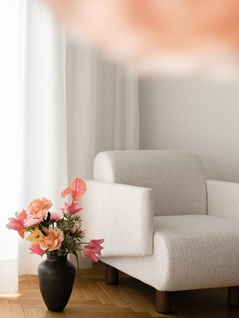 fauteuil blanc avec bouquet de fleurs westwing collection retro artsy