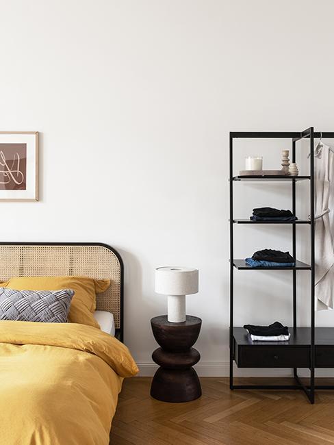 chambre avec lit jaune, table de chevet noir et étagère noir westwing collection retro artsy