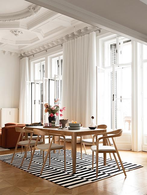 salle à manger avec table et chaises en bois westwing collection retro artsy