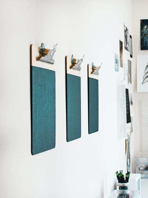mur blanc avec clipboard turquoise accrochés