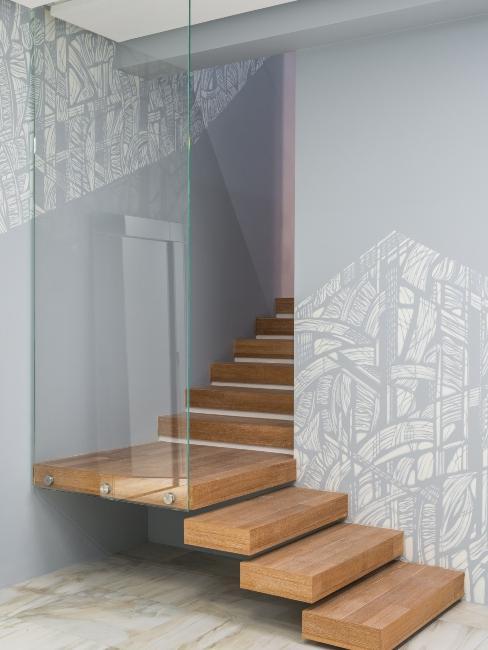 escalier moderne en bois avec mur en verre