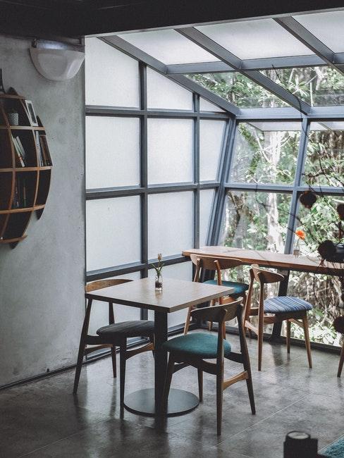salle à manger industrielle avec mur en verre