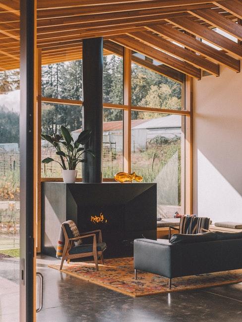 salon rustique moderne avec fenêtres xxl, cheminée