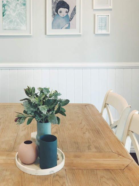 table en bois massif, décoration murale salle à manger, cadres sur le mur, boazerie