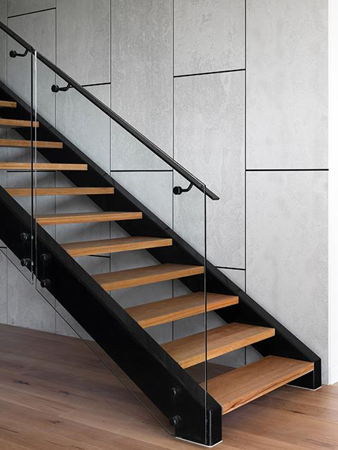 escalier noir et en verre, avec marche en bois