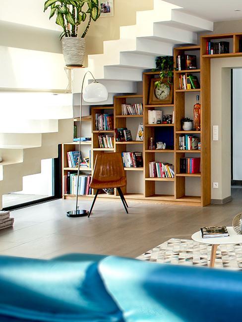 aménagement sous escalier avec une bibliothèque