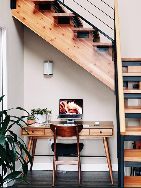 aménagemnet sous escalier en bois avec un bureau en bois