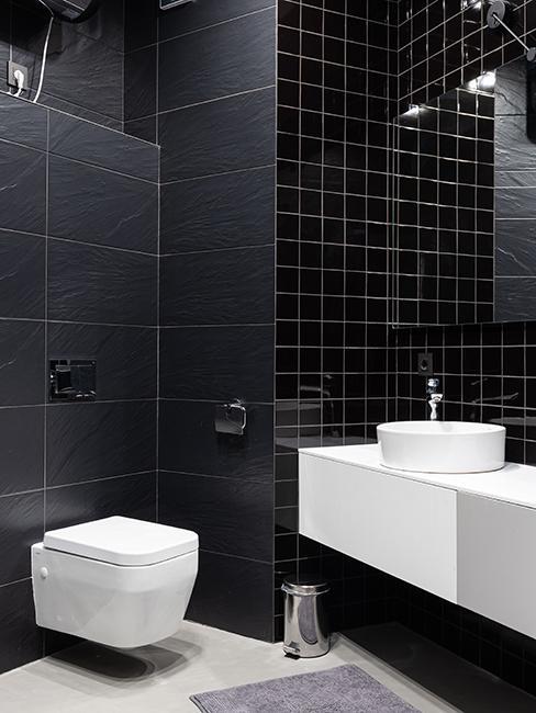 toilette contemporain avec mur noir