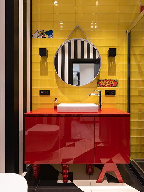 WC coloré avec meuble rouge et mur jaune