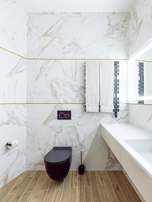 WC noir avec mur effet marbre
