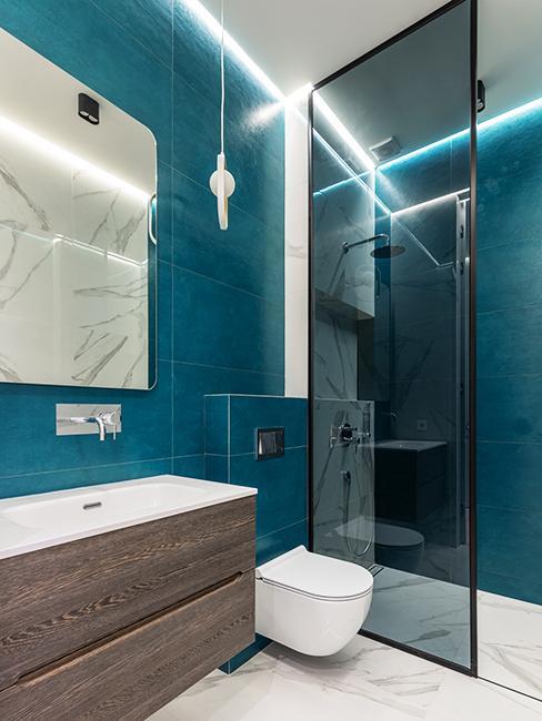 toilette avec mur bleu