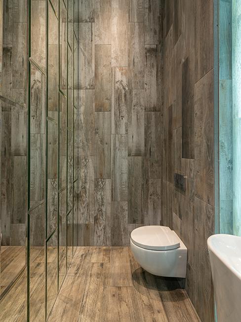toilette avec mur en bois