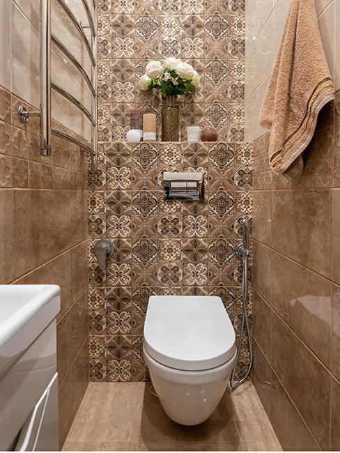 toilette avec mur avec carreaux bruns