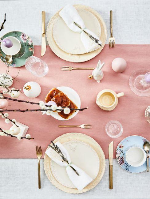 table décorée pour Pâques, chemin de table rose