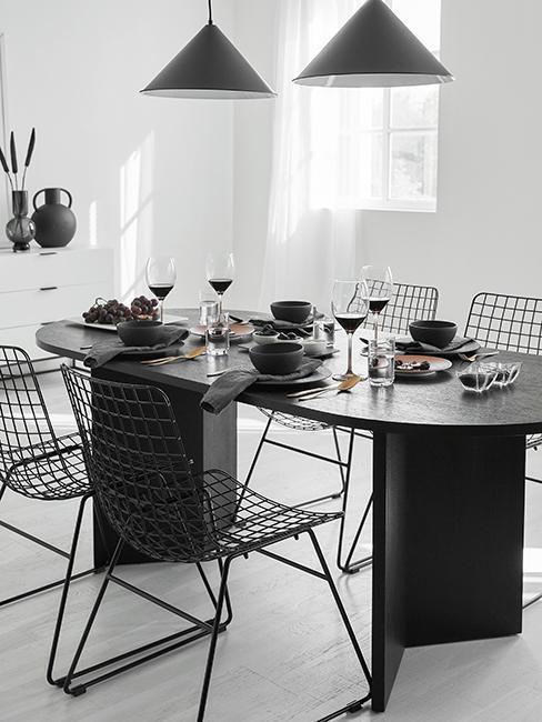 table ovale noir avec chaises en metal
