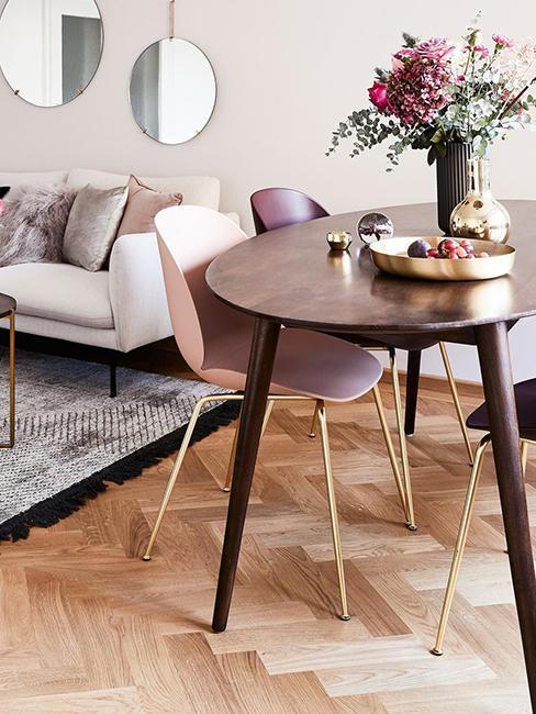 salle à manger avec table ovale en bois et chaise rose