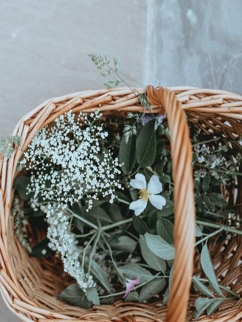 Panier en osier avec fleurs sauvages