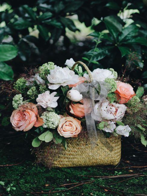 panier avec composition florale de roses