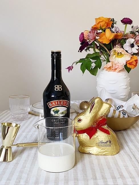 DIY barres de chocolat, verre mesureur, lapin en chocolat, vase avec bouquet de fleurs