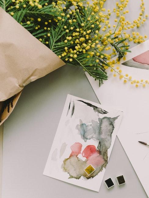 fleurs fraiches et carte de Pâques peinte manuellement
