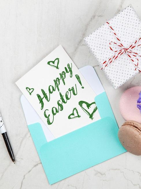 Cadeaux et cartes de Pâques avec enveloppe bleue