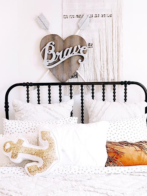 chambre ado avec linge de lit blanc, lit en métal et décoration murale en bois