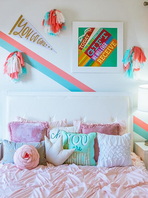 chambre enfant avec décoration murale colorée