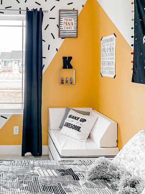chambre avec mur jaune