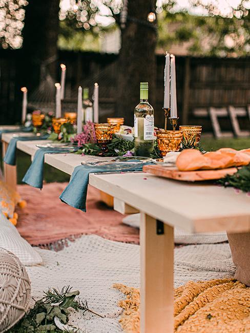 table en bois extérieur avec décoration de table dans le jardin