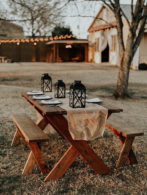 table et bancs en bois dans le jardin