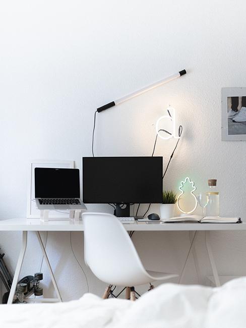 chambre ado avec bureau blanc et ordinateur