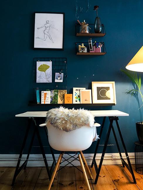 bureau avec mur bleu et cadres