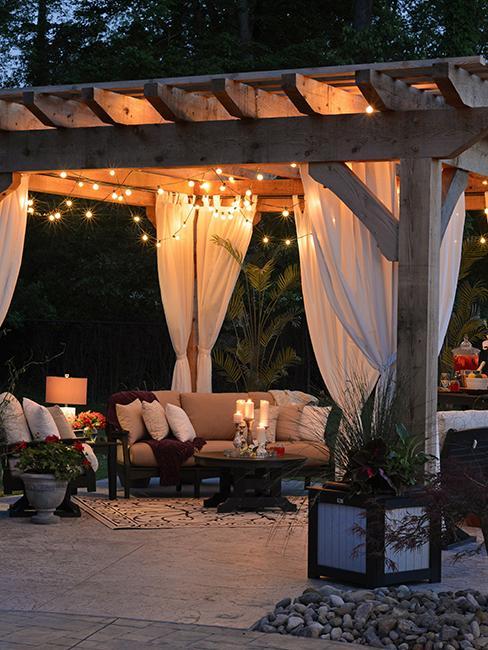 terrasse couverte dans jardin et guirlandes lumineuses