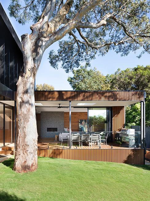 jardin avec maison et cuisine extérieure