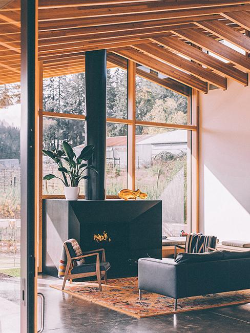 cheminée noire dans salon avec grande fenetre