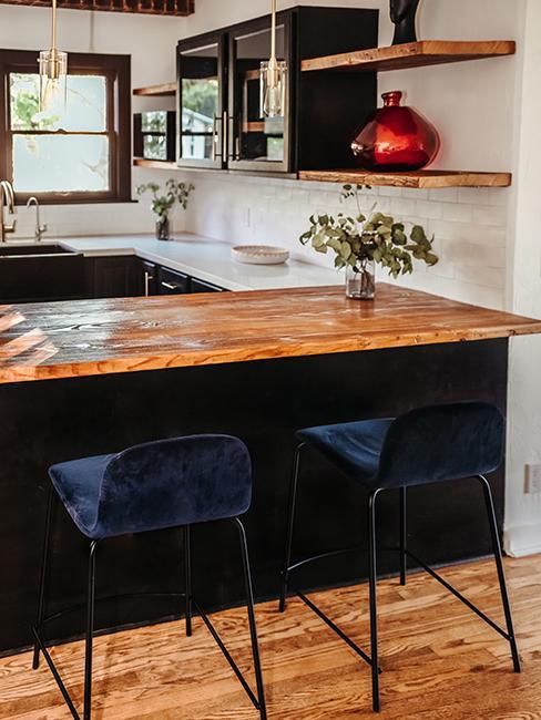 cuisine noir avec plan de travail en bois