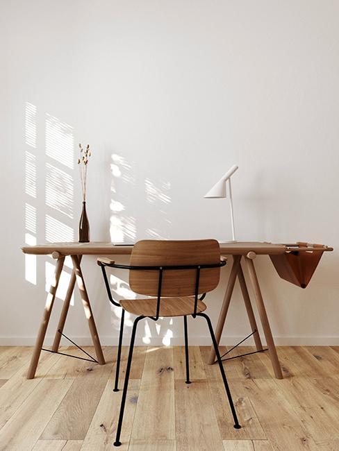 bureau et chaise en bois avec mur blanc