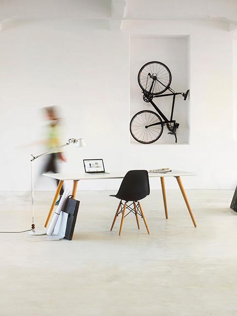 bureau avec chaise noire et table blanche