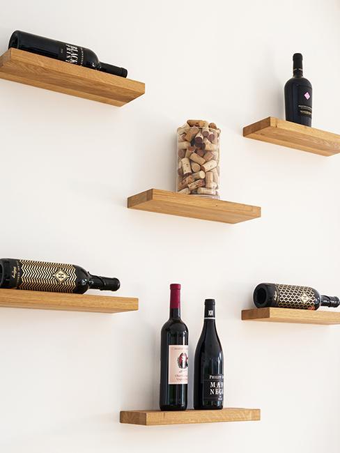décoration murale avec étagères et bouteuilles de vin