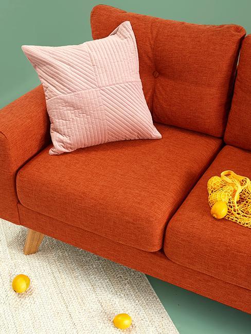 canapé orange avec coussin rose