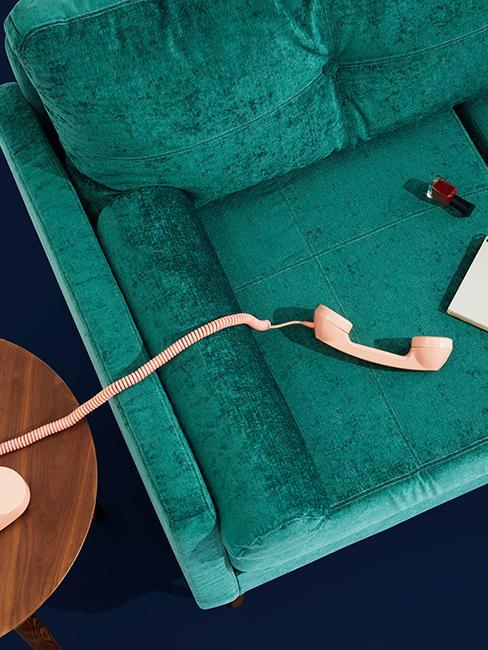 canapé vert sapin avec téléphone rose