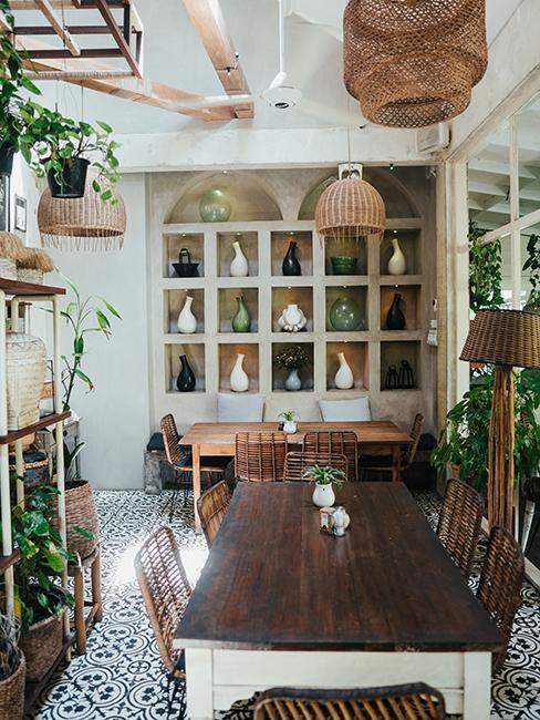 cuisine originale avec grande table en bois et bibliothèque