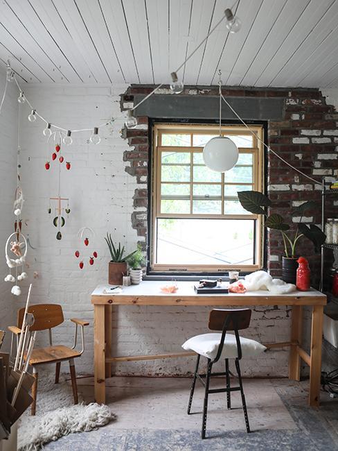 bureau avec table en bois et mur brut dans ancien garage